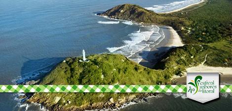 Farol das Conchas visto por cima com logo do programa Sabores do Litoral