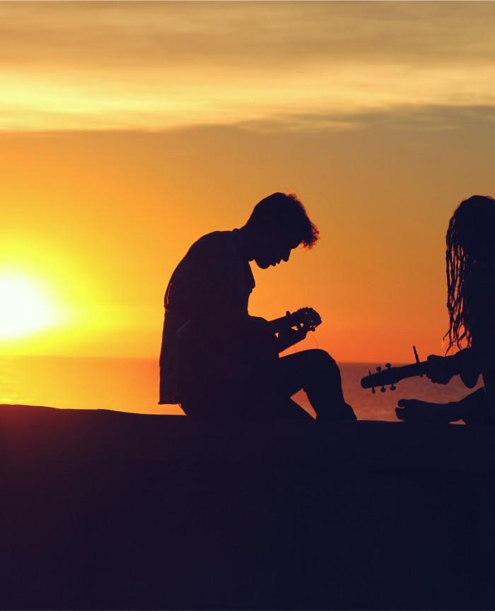 Músicos tocando ao Pôr do Sol
