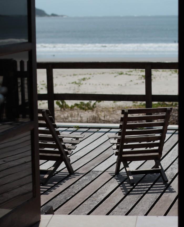 Varanda do Chalé do Mar de frente para o mar com espreguiçadeiras